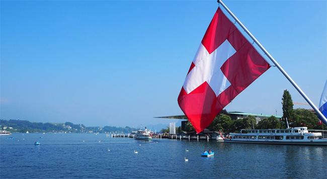lago bandiera svizzera traghetto