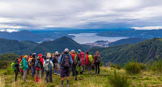 panorama montagna vista lago gente